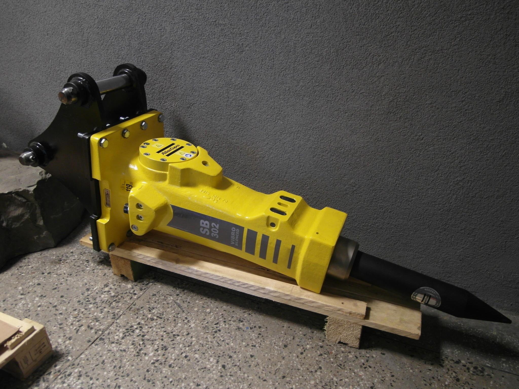 Młot hydrauliczny Atlas Copco SB 302 do koparko-ładowarki